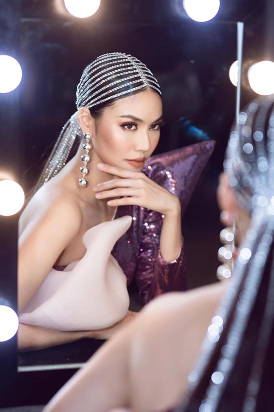 Góp mặt trong show diễn kỷ niệm 5 năm theo đuổi sự nghiệp thời trang của Ivan Trần, Lan Khuê được làm tóc cầu kỳ với phần trang trí đá trắng, váy bất đối xứng trên chất liệu ánh kim được chuẩn bị riêng cho hoa khôi áo dài.