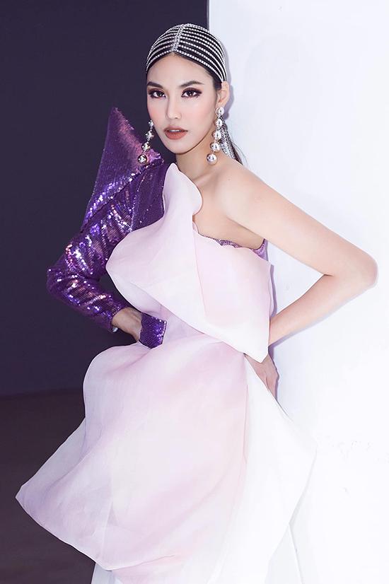 Hoa khôi áo dài Lan Khuê có màn tái xuất vô cùng ấn tượng khi đảm nhận vai trò vedette ở show thời trang của nhà thiết kế Ivan Trần. Người đẹp khiến nhiều khán giả ngỡ ngàng vì hình thể gọn gàng, dù rằng mới sinh em bé.