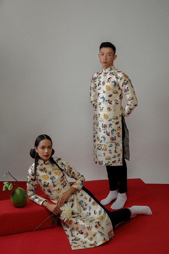 Trang phục truyền thống được nhà mốt cách điệu nhẹ nhàng. Anh giữ nguyên tinh thần thanh lịch vốn có của tà áo dài, chỉ thay thế chi tiết dây kéo khoá tay vì cúc bấm bên ngực áo.