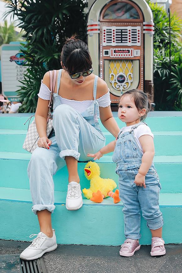 Siêu mẫu chia sẻ, con gái đầu lòng là em bé thích quan sát, nghiên cứu và thường cười khanh khách thích chí khi gặp những thứ tâm đắc.