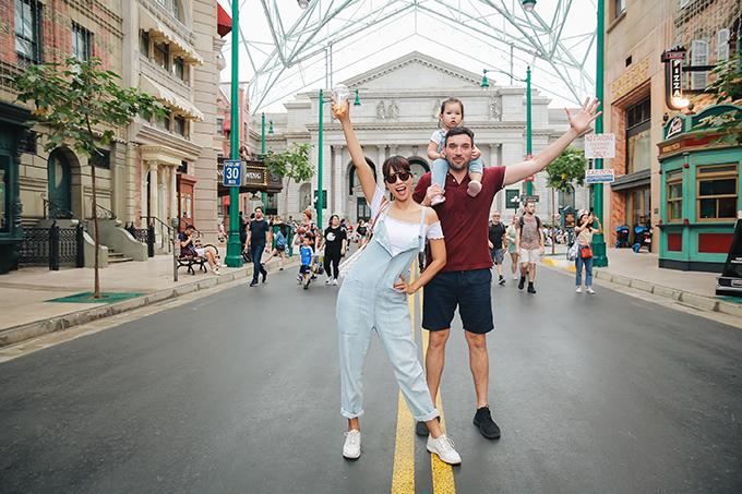 Để mừng năm mới 2019, siêu mẫu cùng chồng vừa đưa con đến một công viên vui chơi ở Singapore để thoải mái khám phá, nô đùa.