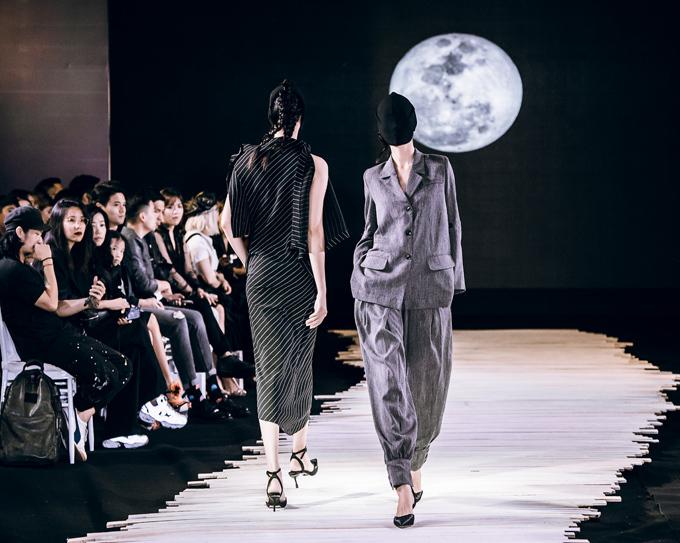 Với avant-garde - trường phái thiết kế mang tính đột phá, nằm ngoài những chuẩn mực của vẻ đẹp ước lệ, Devon thể hiện nó bằng kỹ thuật drapping và đây cũng là điểm nhấn của bộ sưu tập Moonlight. Trong thiết kế thời trang, drapping được coi là một trong những kỹ thuật khó nhất, là tạo dựng quần áo 3D bằng cách sử dụng miếng vải quấn trực tiếp lên mannequin để từ đó tạo ra phom dáng một cách nghệ thuật. Kỹ thuật này đòi hỏi nhà thiết kế am hiểu tường tận về chất liệu vải, đồng thời phải có tính sáng tạo không ngừng để tạo ra những phom dáng khác biệt.
