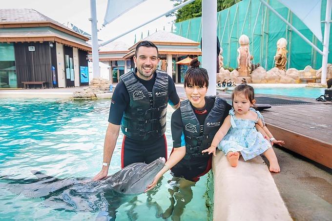 Con gái Hà Anhxem cá heo cùng ba mẹ tại Singapore.