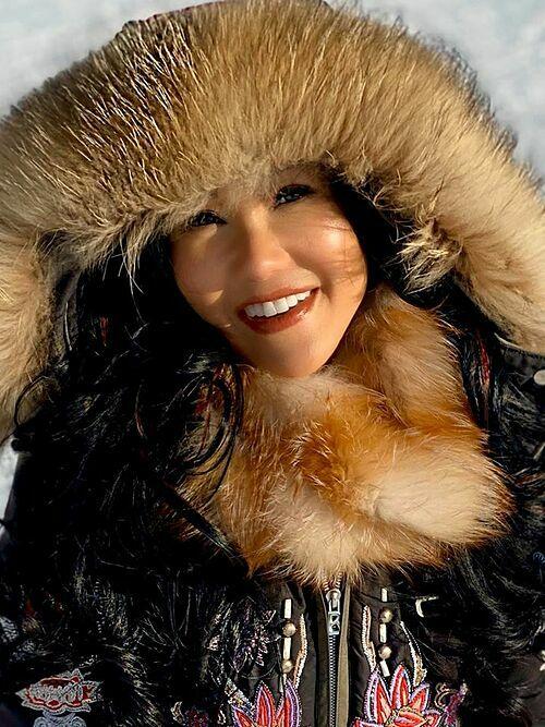 Vì có ngườichê trang phục trượt tuyết hôm qua của em Bống giống công nhân nhà máy dệt kim Đông Xuân, em đành khoe toáng lên bộ runway size 34 trong BST mới nhất của Bogner 2019, ca sĩ Hồng Nhung bình luận về bức ảnh của mình.