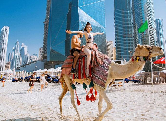 Ngọc Trinh phấn khích dạo chơi, ngắm cảnh thành phố Dubai với hàng loạttoà nhà cao tầng, kiến trúc hiện đại thể hiện sự giàu có của quốc gia dầu mỏ.