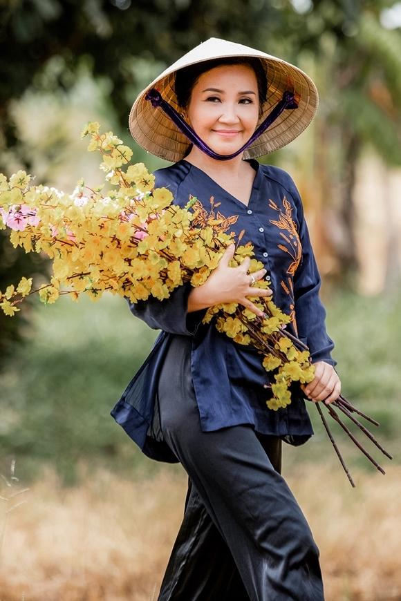 Ngân Quỳnh vào vai gái ế có thâm niên của làng, năm nào cũng được thầy bói phán sẽ lấy chồng nhưng rốt cuộc vẫn đơn chiếc.