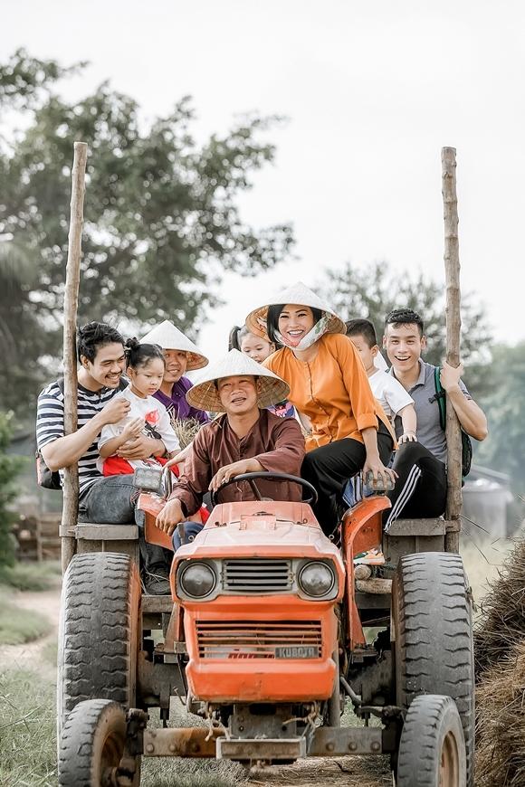 Phương Thanh cười rạng rỡ khi ngồi trên xe móc máy cày.
