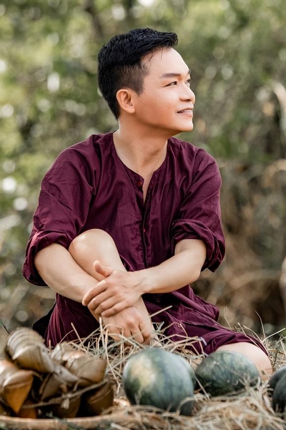 Kỳ Phương mặc áo nâu sòng, vào vai một người dân làng.