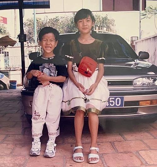 Á hậu Thúy Vân phì cười khi nhìn lại ảnh thời thơ ấu của mình.