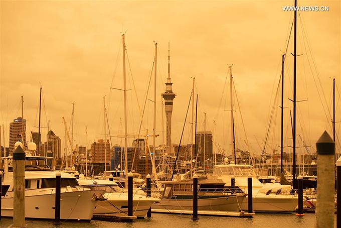 Những đám cháy rừng kinh hoàng ở Australia đã thiêu rụi hàng triệu hecta rừng và nửa tỷ động vật ở quốc gia này. Không những thế, cháy rừng còn khiến du lịch Australia và quốc gia lân cận - New Zealand - chịu ảnh hưởng nặng nề. Khói bụi từ đám cháy rừng được ghi nhận là lạn rộng cả sang nhiều thành phố ở New Zealand như Auckland, tạo thành một bầu không khí ô nhiễm nặng nề. Toà thápSky Tower được chụp lại với nền trời màu vàng cam chưa từng có.