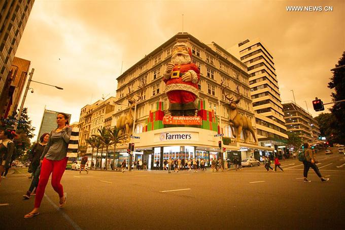 Auckland là thành phố du lịch nổi tiếng nhất ở New Zealand. Góc phố Queen street sầm uất ngày nào giờ trở nên vắng vẻ hơn hẳn do người dân và khách du lịch được khuyến cao không nên ra khỏi nhà. Khói dày đặc từ đám cháy rừng phía Đông và Nam Australia đã biến bầu trời thành phố biến thành màu vàng u tối.