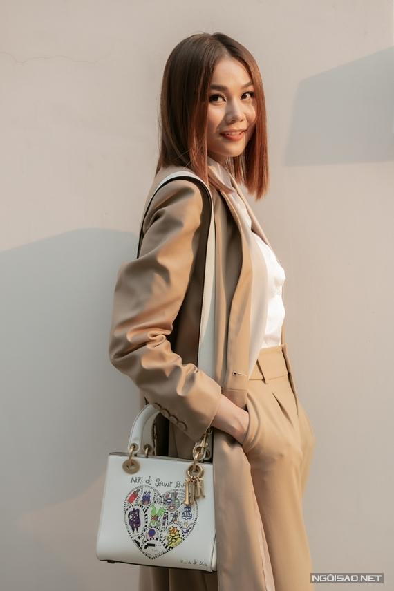 Người đẹp đeo túi Dior sành điệu.