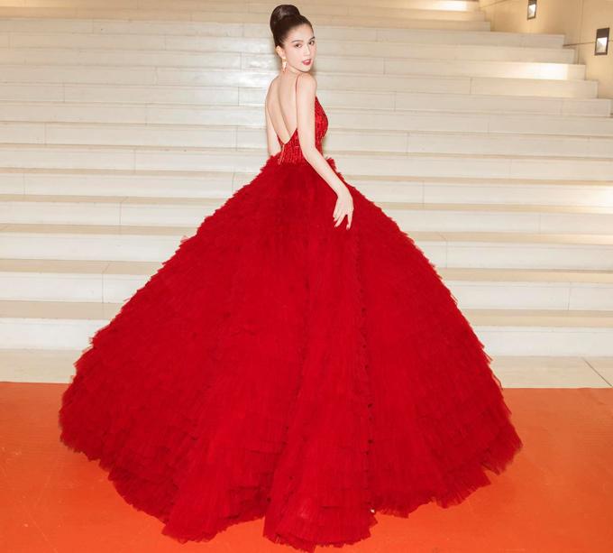 Danh xưng nữ hoàng thảm đỏ của Ngọc Trinh càng được khẳng định khi cô diện thiết kế do Lê Thanh Hòa sáng tạo. Chiếc váy xoè rộng bồng bềnh và lối trang điểm tiết chế biến Ngọc Trinh thành nàng công chúa kiêu hãnh. Không chỉ vậy, sắc đỏ nồng nàn còn làm bật lên ưu điểm khó ai bì kịp của cô ấy là làn da trắng như tuyết. Đây xứng đáng là bộ đầm trong mơ với mọi cô gái, nam stylist kết luận.
