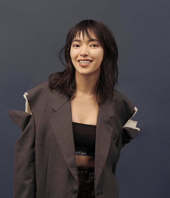 Điểm giúp Châu Bùi nổi bật và khác lạ so với dàn fashionista đình đám của làng giải trí Việt chính là yếu tố độc và lạ. Cô nàng không ngừng thay đổi phong cách và luôn tự tin với những sự lựa chọn của mình.