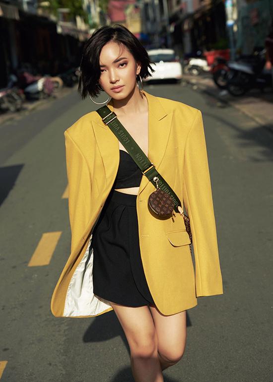 Mặc dù thay đổi phong cách đến chóng mặt nhưng Châu Bùi luôn có tiêu chí riêng trong việc xây dựng hình ảnh. Đối với Châu Bùi, ăn mặc phản cảm là cụm từ không bao giờ có trong từ điển phong cách ăn mặc của cô.