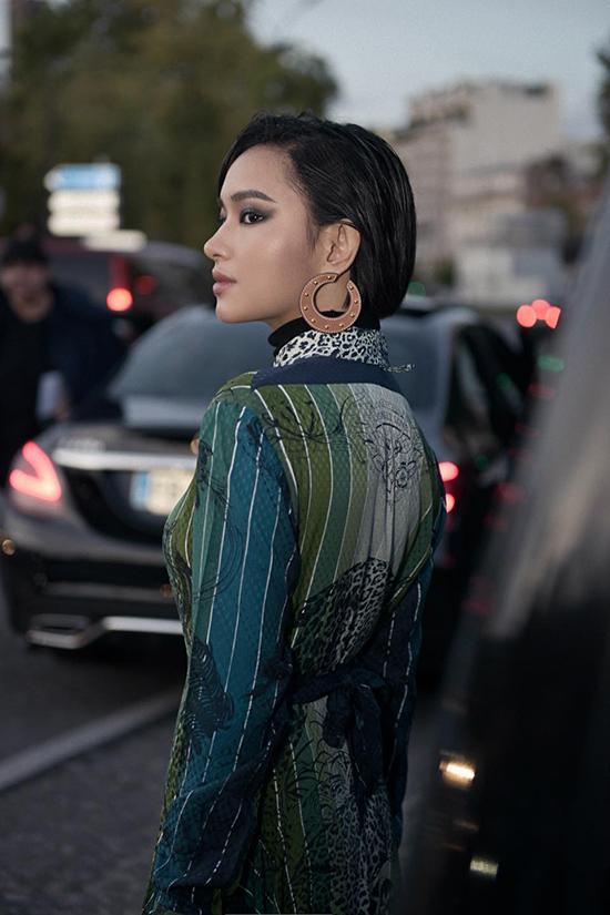 Để tạo được điểm nhấn riêng và thu hút sự quan tâm của khán giả yêu thời trang, con đường xây dựng phong cách của Châu Bùi luôn được thực hiện một cách bài bản và chỉn chu. Như nhiều fashionista khác, cách mix đồ dạo phố, khoe ảnh street style trên các trang mạng xã hội, kênh cá nhân cũng được xếp lịch và có ý tưởng.