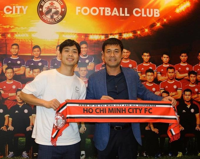 Công Phượng cùng chủ tịch Nguyễn Hữu Thắng. Ảnh: CLB TP HCM.