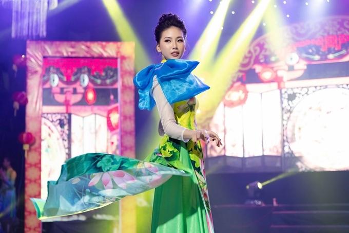 Khi bước đi trên sân khấu, chân Quỳnh Hoa bị tê cứng do đứng trên giày cao gót quá lâu. Cô lấy sự cổ vũ của khán giả làm động lực để hoàn thành phần trình diễn của mình.