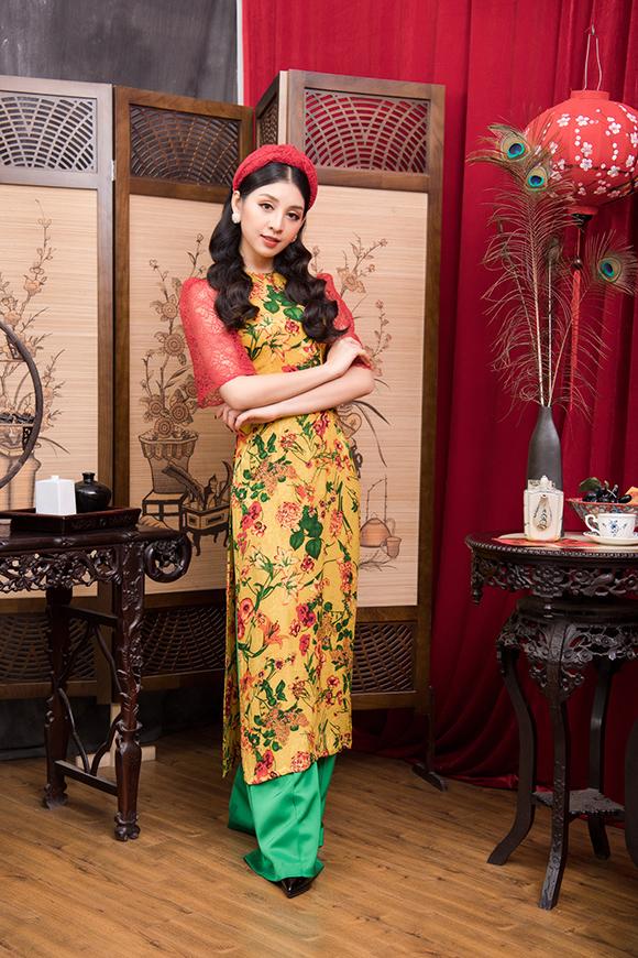 Để hoàn thiện vẻ trẻ trung khi diện áo dài cách điệu, Thanh Tú kết hợp với khăn turban ton sur ton với chất liệu của tay áo và tóc xoăn.