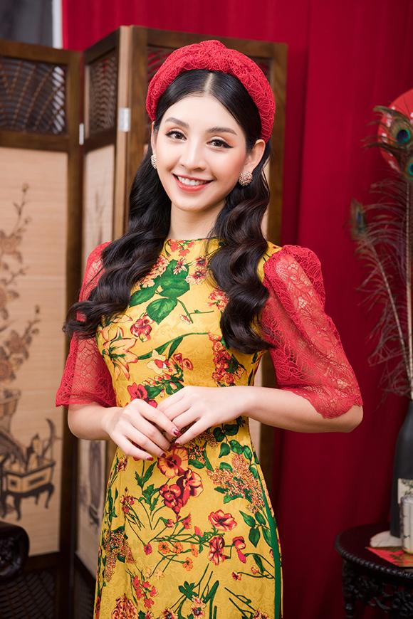 Diện áo dài cách điệu trong dịp Tết Nguyên đán là xu hướng được nhiều chị em yêu thích vài năm gần đây. Những chi tiết hiện đạinhư cổ tròn, cổ thuyền, tay ngắn, tay bồng, tà ngắn... được đưa vào tà áo truyền thống, tạo vẻ năng động và trẻ trung cho người mặc.