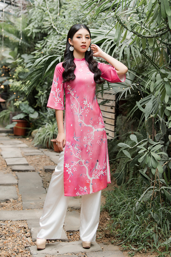 Thiết kế áo dài tay lỡ kết hợp tà ngắn của nhà thiết kế Hòa Nguyễn giúp các chị em thoải mái di chuyểnkhi đi chúc Tết, dạo phố ngày xuân.
