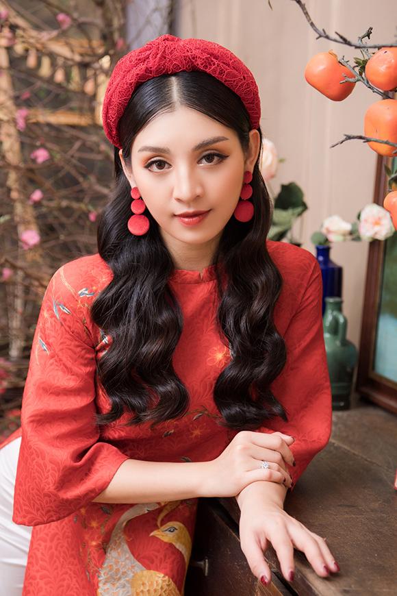 Người đẹp tài năng của Hoa hậu Thế giới Việt Nam 2019 kết hợp trang phục với khăn turban và khuyên tai ton sur ton.