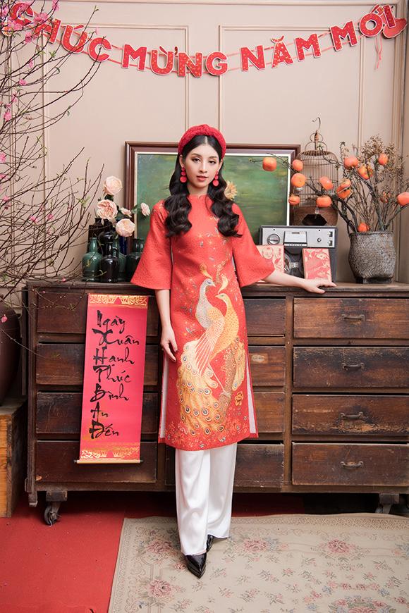 Trong khi màu đỏ biểu trưng cho sự may mắn thì họa tiết phượng hòa in trên vải biểu trương cho sự thịnh vượng, hòa bình.