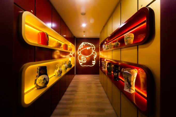 Nhà sáng lập nhà hàng Lee Ho Ma muốn góp phần đa dạng hóa ẩm thực TP HCM, giúp thực khách trải nghiệm món ngon Hong Kong theo cách mới. Ngay khi bước chân vào nhà hàng, thực khách sẽ thấy biểu tượng chú mèo đội chiếc nón lá Việt Nam, tay cầm món bánh mỳ hình trái dứa - đặc trưng ẩm thực Hong Kong.