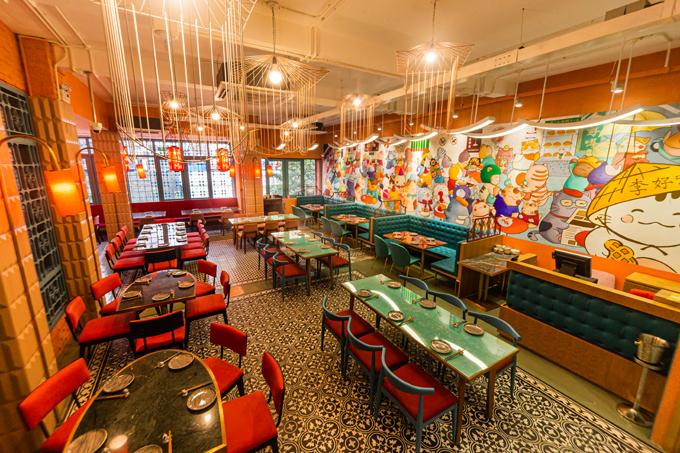 Nội thất mang phong cách Hong Kong thập niên 60 - 80 nhưng không kém phần trẻ trung, thân thiện với bức tường vẽ hình mèo dài 11 m.