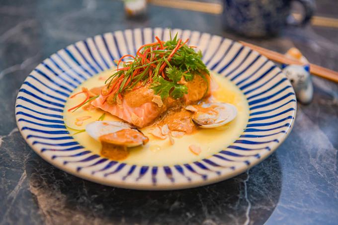 Món Ba Hồi Bốn Chuyện (cá hồi sốt Laksa) cũng thích hợp với phương pháp nấu chậm, khi cho vào miệng cảm nhận sự tươi nguyên của thịt cá.
