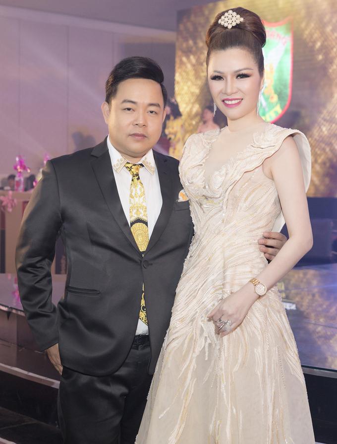 Quang Lê góp mặt từ sớm trong buổi tiệc tất niên của Tập đoàn Bảo vệLong Hoàng do Hoa hậu Bùi Thị Hà tổ chức, vàocuối tuần qua, tại Adora TP HCM.Nam ca sĩ có mỗi quan hệ thân thiết với Hoa hậu Phu nhân Thế giới người Việt 2014 nên thường xuyên được mời tới các sự kiện của người đẹp.