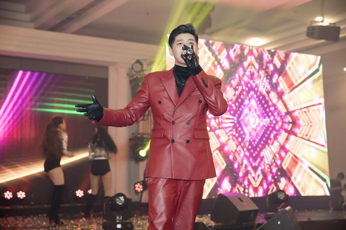 Noo Phước Thịnh diện bộ vest đỏ nổi bật tới tham dự bữa tiệc. Anh khiến hơn 1.000 khán giả phấn khích khi thể hiện những bản ballad được giới trẻ yêu thích cùng các ca khúc nhạc ngoại sôi động.