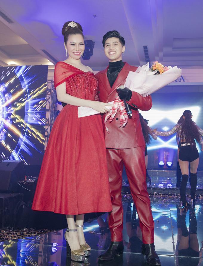 Nam ca sĩ còncùng Hoa hậu Bùi Thị Hà bốc thăm tìm ra chủ nhân may mắn sở hữu một trong 10 chiếcxe máy.