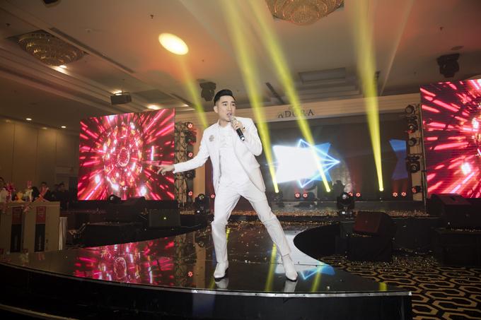 Quang Hà thể hiện ca khúc quen thuộc Ngỡ cùng các bản nhạc remix sôi động. Sau sự cố cháy nhà hát khi thực hiện liveshow Không thể thay thế,nam ca sĩ được khán giả yêu thương nhiều hơn.