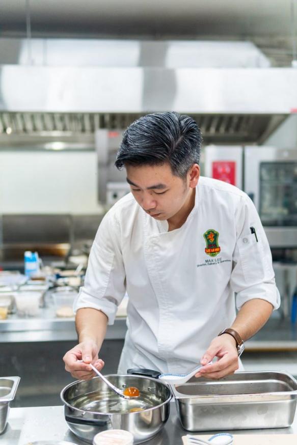 Món ăn Quảng Đông không xa lạ với thực khách Sài Gòn bởi hệ thống các nhà hàng phong cách Hong Kong liên tục phát triển. Để tạo điểm nhấn riêng, nhà hàng Lee Ho Ma mang tới thực đơn gồm hơn 30 món ăn sáng tạo trên nền tảng ẩm thực Hong Kong, kết hợp nguyên vật liệu cao cấp và kỹ thuật nấu nướng hiện đại.