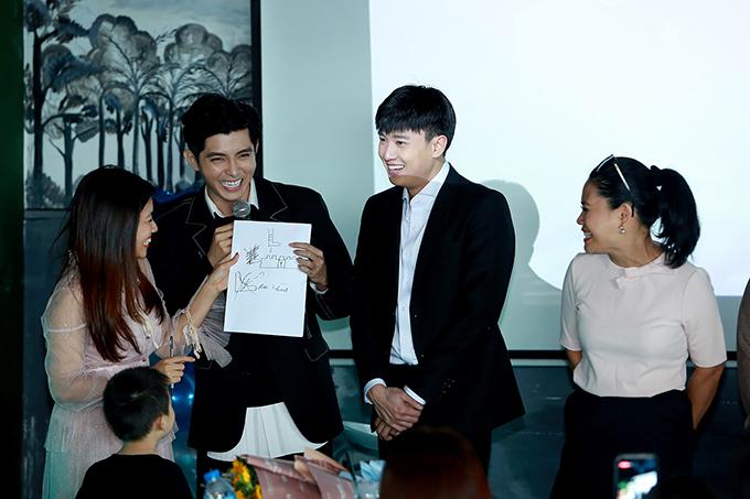Nam diễn viên hào hứng tham gia mọi trò chơi do fan yêu cầu. Anh hạnh phúc khi nhận được sự yêu thương vô bờ bến từ mọi người.