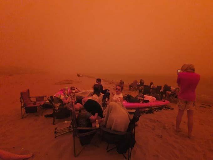 Các căn nhàdọc bờ biển phía đông của Australia bị lửathiêu trụi, khiến rất nhiều người dân không có chỗ ở, phải di chuyển ra các bãibiển bởi đây là nơi duy nhất còn an toàn đối với họ.
