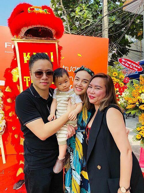 Vợ chồng Victor Vũ - Đinh Ngọc Diệp bồng bế con đến chúc mừng một người bạn khai trương cửa hàng mới.