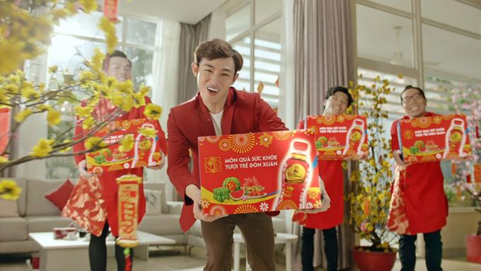 Clip Mượn trà tỏ tình của Trà Thanh Nhiệt Dr Thanh không chỉ tạo nên tiếng cười mà còn đưa ra giải pháp thanh nhiệt cơ thể ngày Tết.