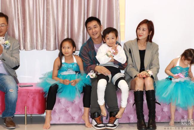 Gia đình đông con nên Trần Hạo Dân là chủ lực về kinh tế, anh bận rộn làm việc để kiếm tiền nuôi vợ và 4 em bé đang tuổi ăn học.