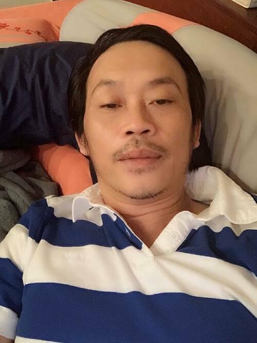 Nghệ sĩ Hoài Linh rảnh rỗi nên đăng ảnh dìm hàng mình: Rầu rĩ râu ria ra rậm rạp. Rờ râu ,râu rụng. Rờ rún, rún rung rinh, anh hài hước xuất khẩu thành thơ.