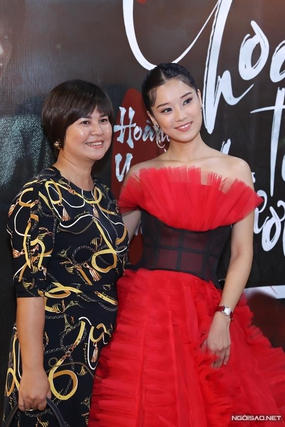 Hoàng Yến Chibi cùng mẹ tổ chức họp báo ra mắt MV Cánh hoa tổn thương.