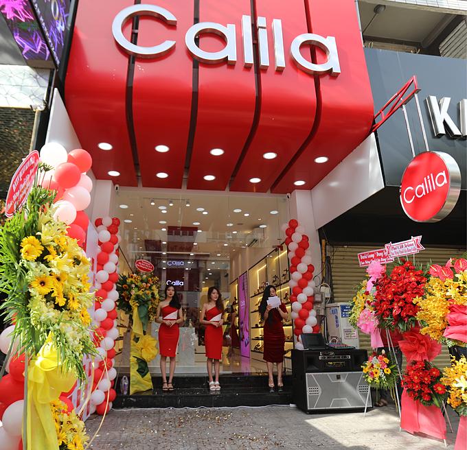 Calia theo đuổi mục tiêu trở thành thương hiệu của đẹp và thoải mái, với cốt lõi là những thiết kế đầu tư trau chuốt đạt tiêu chuẩn chất lượng cao, bền đẹp và không gây đau chân khi dùng liên tục trong hơn 8 giờ đồng hồ.