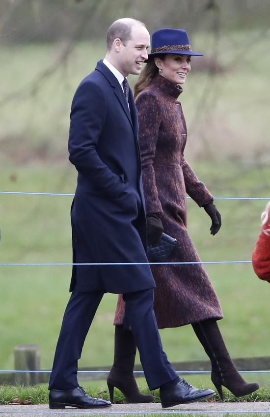 Hoàng tử William và vợ Kate đi nhà thờ ở Sandringham sáng 5/1. Ảnh: PA.