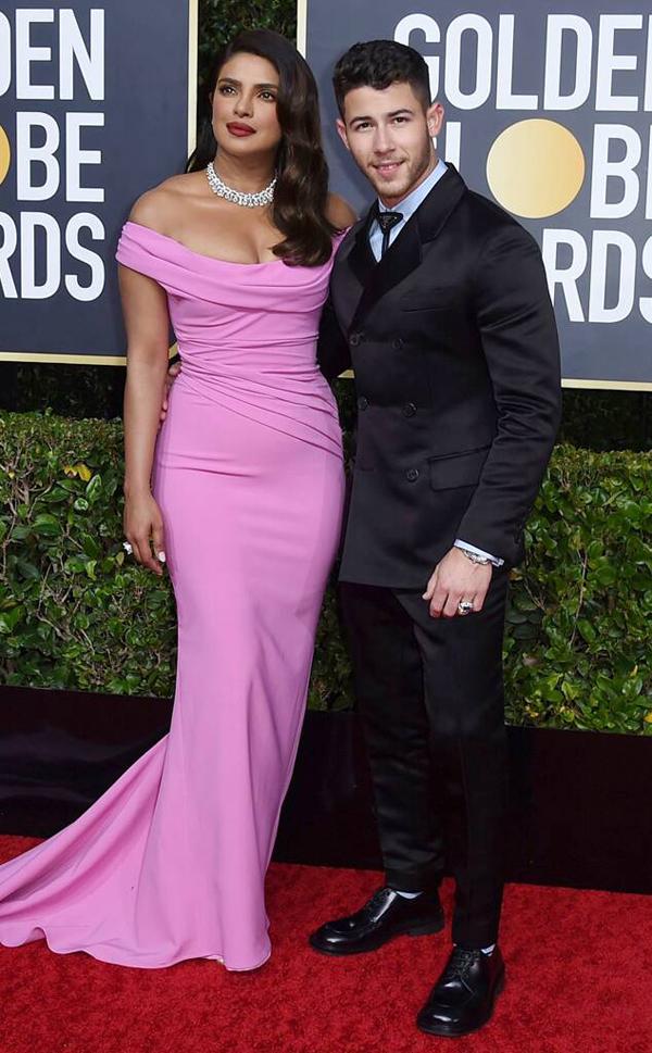 Hoa hậu Thế giới Priyanka Chopras cùng ông xã Nick Jonas sánh đôi tạilễ trao giải Quả cầu vàng ở Beverly Hills, Los Angeles.