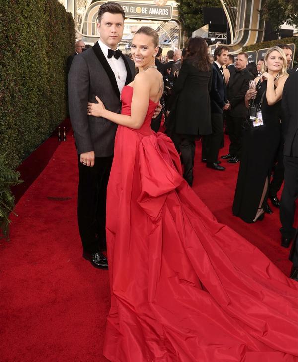Nữ diễn viênScarlett Johansson đến cùng chồng sắp cưới - diễn viênColin Jost.