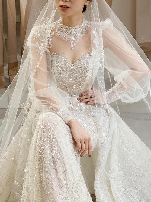 Những chi tiết được dự đoán là hot trend của thời trang cưới 2020 như kiểu cổ váy illusion neckline, jewel neckline, tay phồng... đều được xử lý tinh tế trên thiết kế.