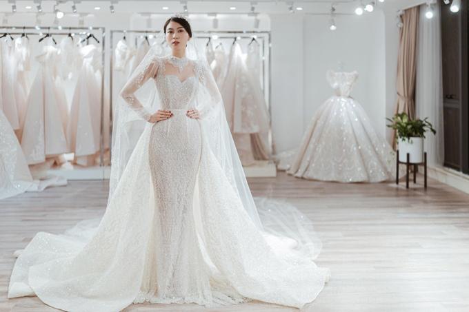 Trên thân váy là hàng ngàn viên đá Swarovski ẩn hiện, khiến trang phục trở nên lung linh hơn.