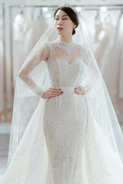 Váy được đính kết tỉ mỉ theo hoạ tiết cân xứng.Những đường diềm kiến trúc quen thuộc của phong cách châu Âu thời Phục Hưngđượcđưa vào hoạ tiết váy để tăng tính thẩm mỹ, thể hiện gu thời trang sành điệu.