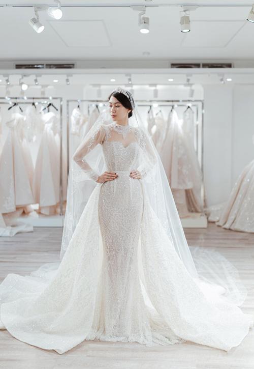 Chiếc váy đuôi cá có thêm phần tà phụ để cô dâu linh hoạt thay đổi giữa các phong cách, đồng thời tôn nét thướt tha, uyển chuyển trong mỗi bước đi của cô dâu.
